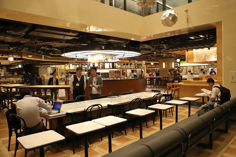 全13店舗、総席数350、席に座って注文も可能だ