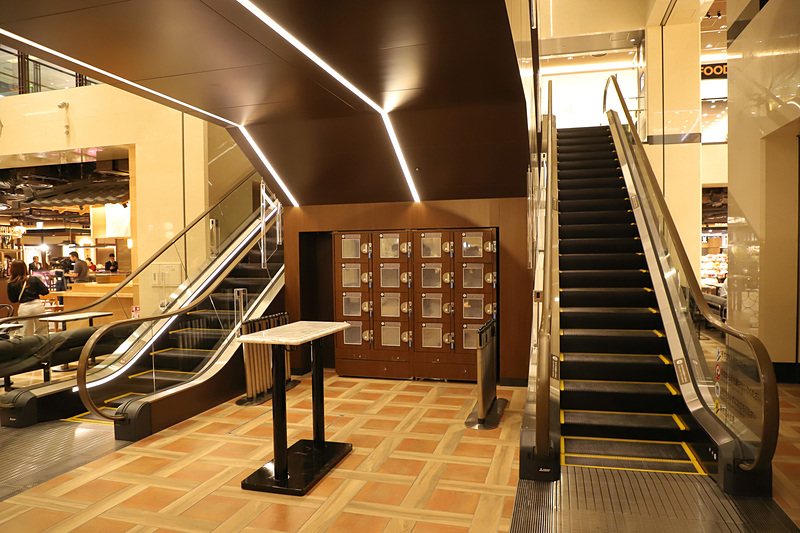 エレベーターホールにはロッカーも完備
