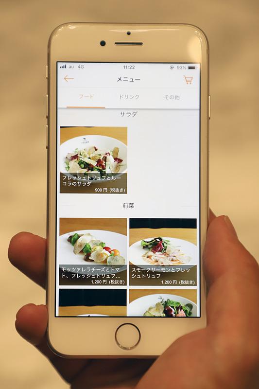 専用アプリで料理を選択、決済する。料理ができあがるとスマホに呼び出しの連絡が来る仕組みだ