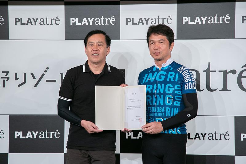 宿泊施設立地促進事業「第1号」として認定し、大井川知事から一ノ瀬社長に認定書が手渡された