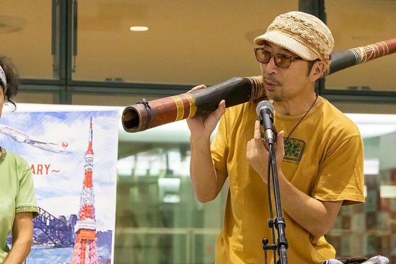 日本ディジュリドゥ協会の鈴木エージ氏。現地でディジュリドゥのマスターに師事した際にアボリジナル・ネーム「ワピチャ」(杖の意味)を与えられている