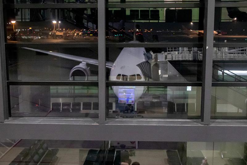 出発を待つJL771便。使用機材はボーイング 787-9型機で、ビジネスクラスが44席、プレミアムエコノミークラスが35席、エコノミークラスが116席用意されている