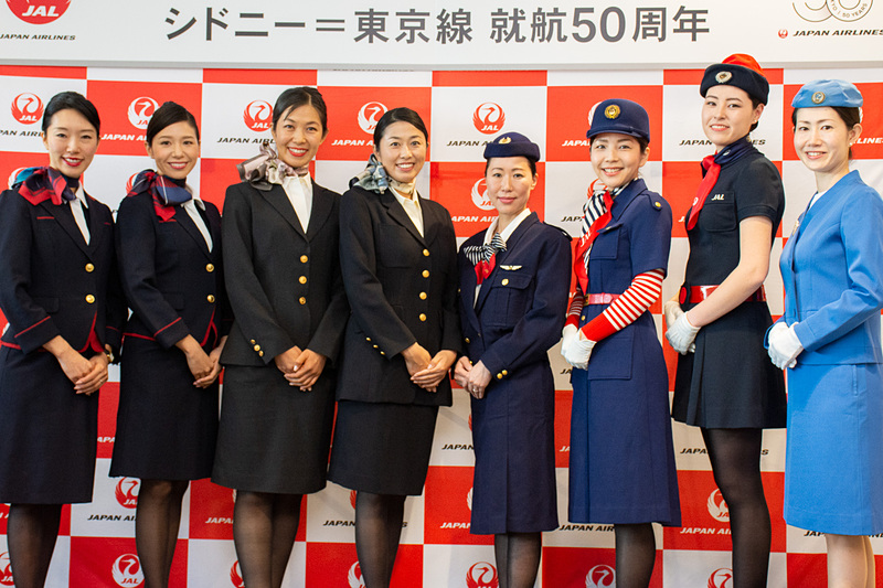 50年前からの歴代CA(客室乗務員)制服を披露した
