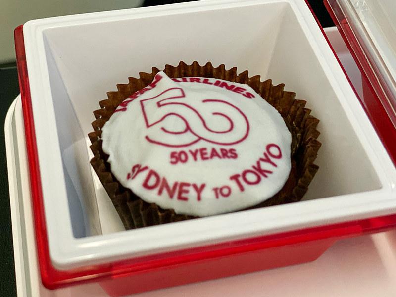 2回目の機内食(夕食)では50周年を記念したガトーショコラを振る舞った