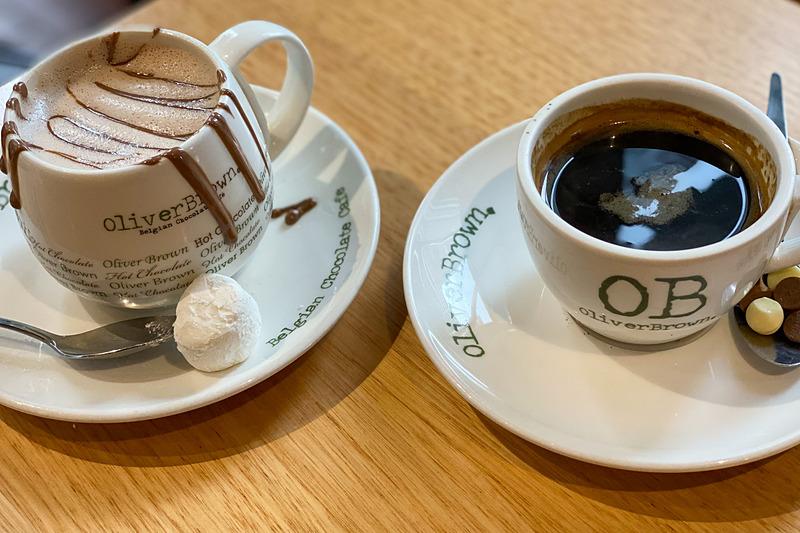 右は普通のホットコーヒー。ホットチョコレートにはマシュマロが、コーヒーには粒チョコが付いてました
