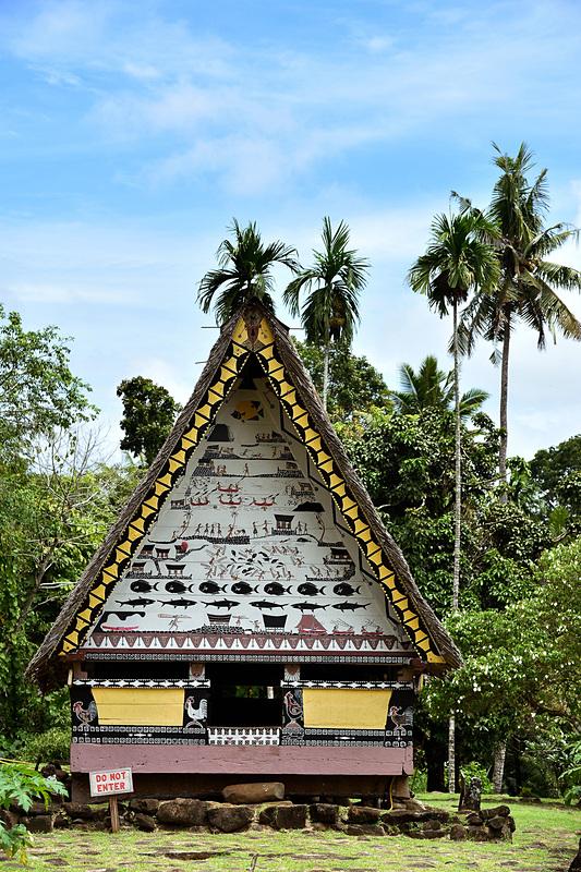 「バイ」の建築は二等辺三角形が特徴。茅葺き、高床など、南国に適した工夫が見られます