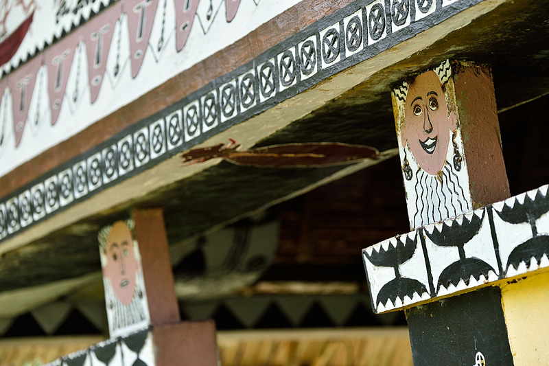 柱に書かれた顔にも大切な意味が。出入り口や座る場所も役割によって決まります