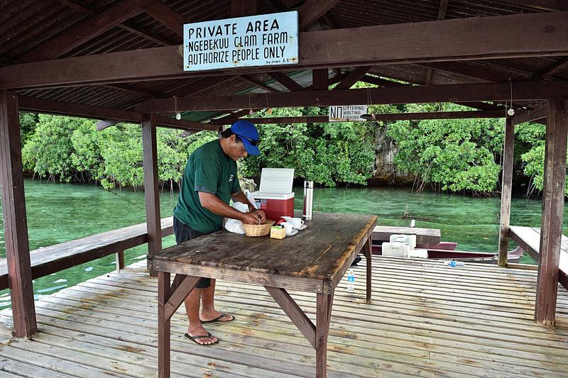 浮き桟橋でアレンさんが朝食を用意してくれました