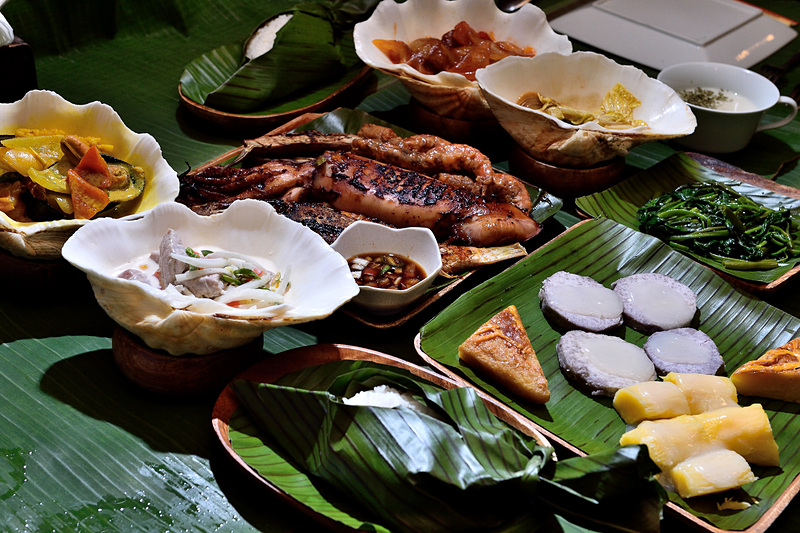シャコ貝に盛られた「クラムカレー」も人気メニュー。ホワイトソースはピリ辛でビールとよく合います