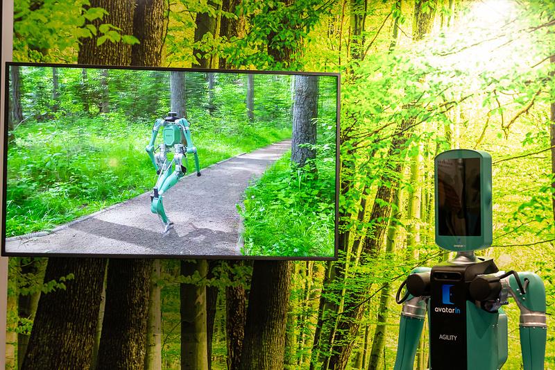 二足歩行が可能で両腕を備えた未来のロボット型アバター「AGILITY」の展示