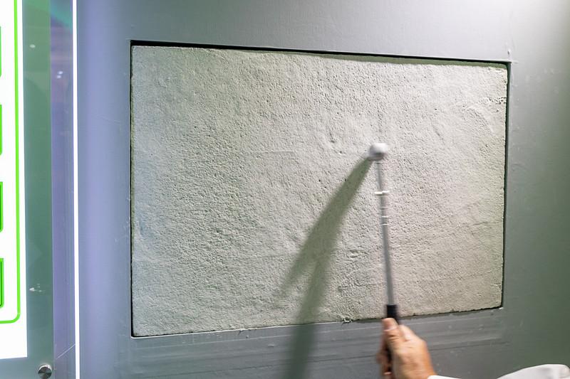 金属棒の先端に取り付けた金属性の多面体を転がすことにより、ハンマーと同程度の精度で打音チェックできる。ここでは中空になっている部分と正常な部分の音を聞くことができる
