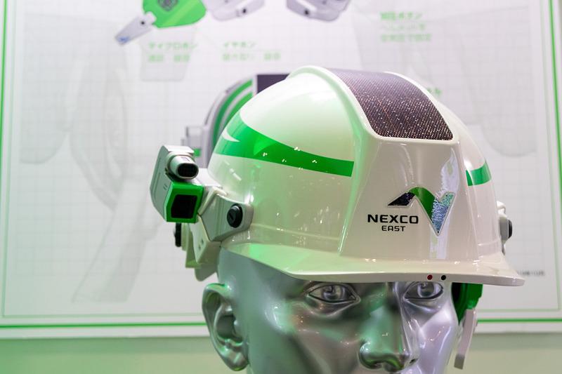 ヘルメットにはデジタルコンテンツを表示するホロレンズ、電磁波レーダー、マイクロホンやイヤホンが備わっており、装着した際は空気圧で固定する。各動作に必要な電力はソーラーパネルとバッテリーでまかなう