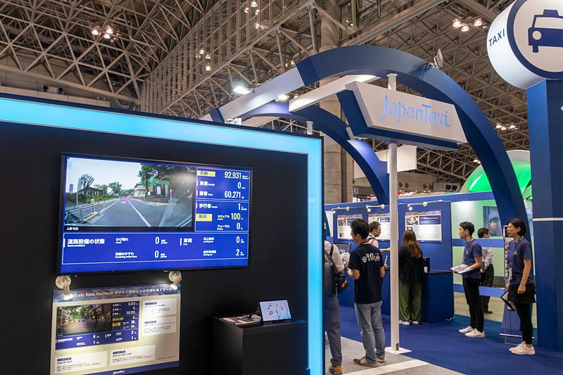 JapanTaxiでは、各種センサーを搭載したタクシーを使ったデータ活用サービスを展示