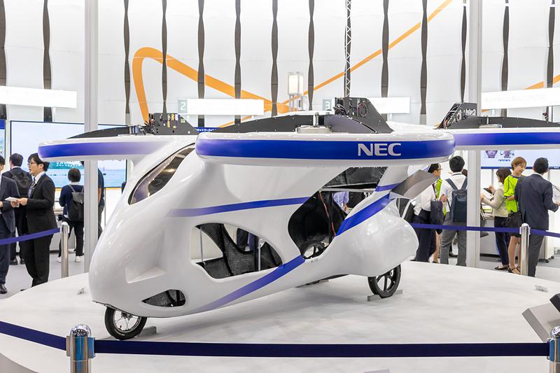 空飛ぶクルマの試作機として展示されていた搭乗型ドローン