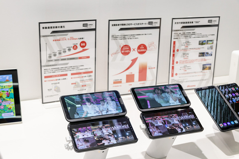 NTTグループのブースでは、5Gを使った新しいライブの楽しみ方を提案。デュアル画面のスマホを使い、マルチアングルで楽しんだり、視聴者同士がコメントを共有することができる