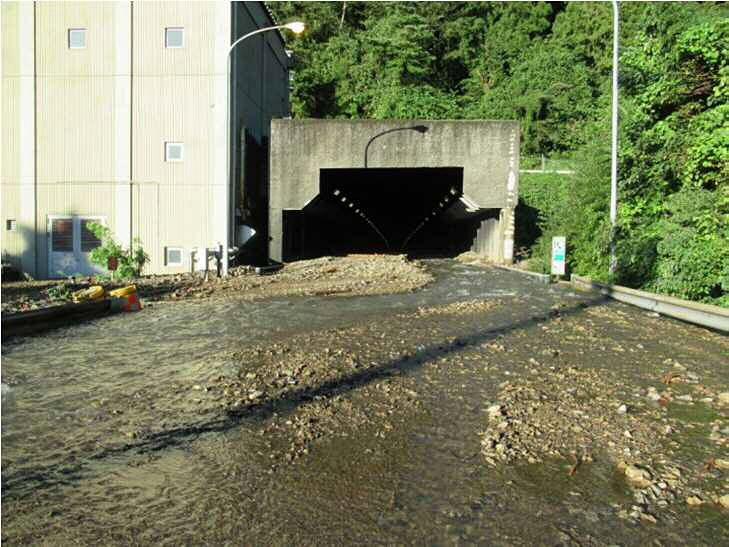 38.7キロポスト付近(八王子JCT~相模湖東出口間)土砂流入