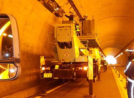 トンネル照明灯具取替工事