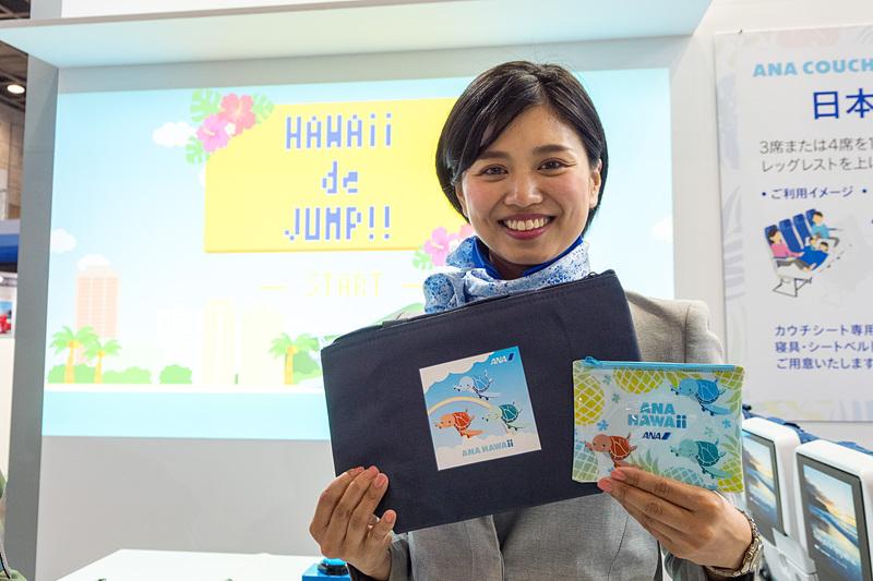 アクティビティ体験者への参加賞のポーチ(右)と、高得点者へのプレゼントの保冷バッグ(左)