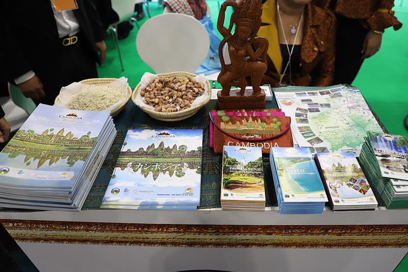 政府観光局の公式パンフレット。クメール語のあいさつなども書かれていて実用性が高い