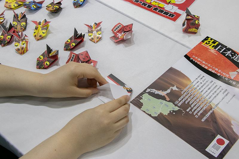 「中国5県体験コーナー」として、岡山県は「mt缶バッチづくり」、広島県は「けん玉体験」、山口県は「観光列車ペーパークラフト制作体験(10月24日~25日)/コサージュ製作体験(26日~27日)」、鳥取県は「麒麟獅子折り紙」、島根県は「銀探し体験/VR銀山」を実施