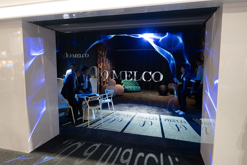 MELCOのロゴはスチームスクリーンに投影されている
