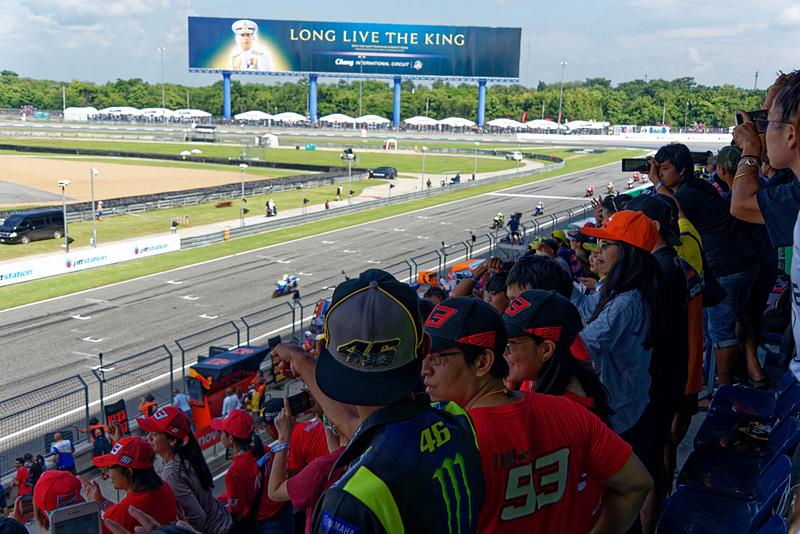 MotoGPのレース中は大混雑する。座るのは難しい……
