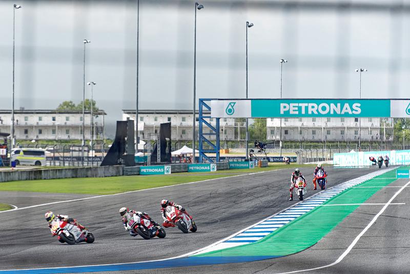 テクニカルセクションを立ち上がって手前の最終コーナーに飛び込んでくるライダーたち