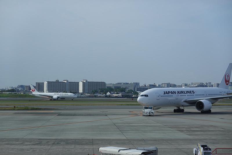羽田空港から飛来したボーイング 787-8型機国内仕様初便 JAL107。この機体が折り返し、伊丹空港発の初便 JAL112になる