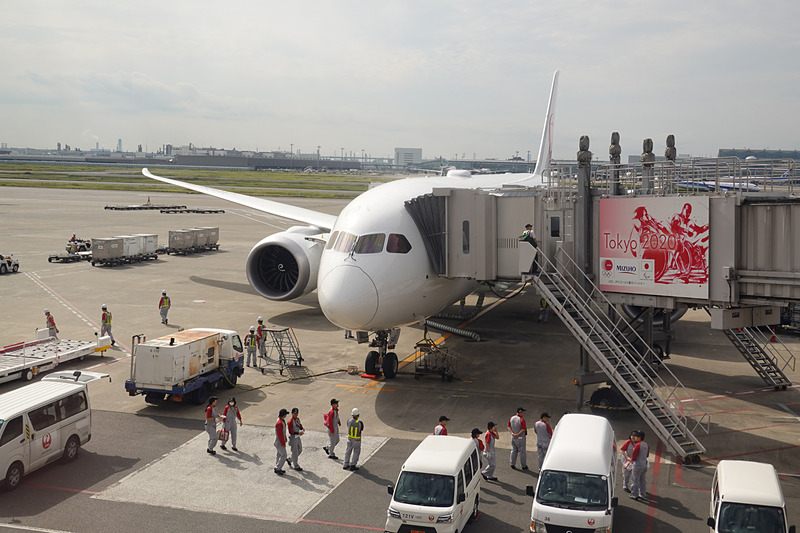 羽田空港に到着したボーイング 787-8型機の国内線仕様。折り返し伊丹空港へ