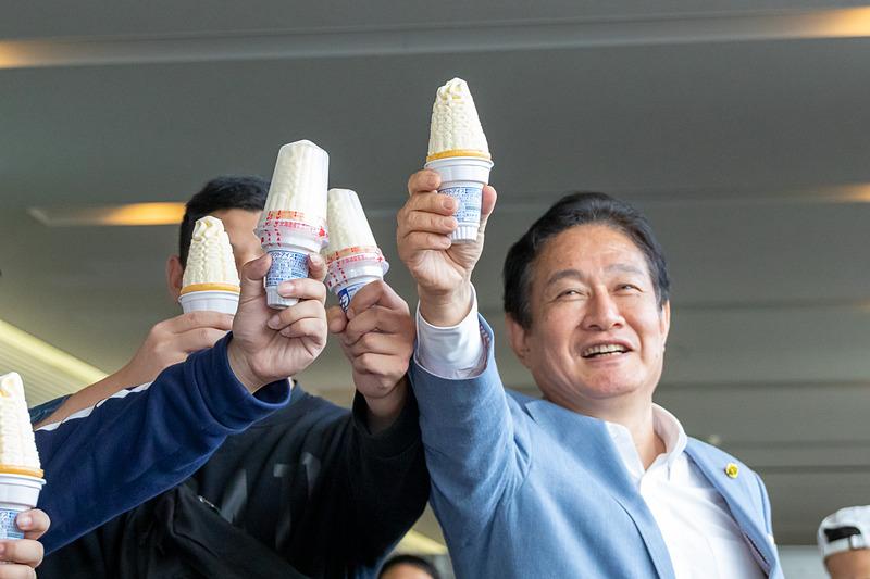 JW103便の乗客と一緒に乾杯する井上氏