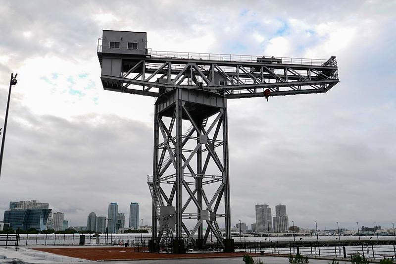 ハンマーヘッドクレーン。土木遺産にも認定されており、横浜ハンマーヘッドの名称の由来ともなっている