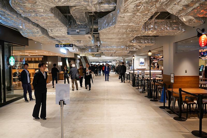 商業施設は食をテーマとして、客船の乗客だけでなく、観光客や地元の人々も楽しめる内容となっている