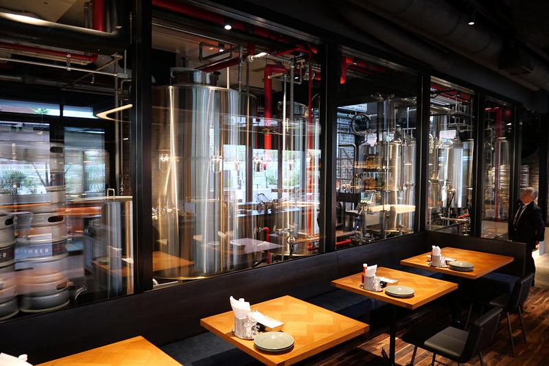 店内の醸造所で醸造した地ビールや、自家焙煎コーヒーなども提供する