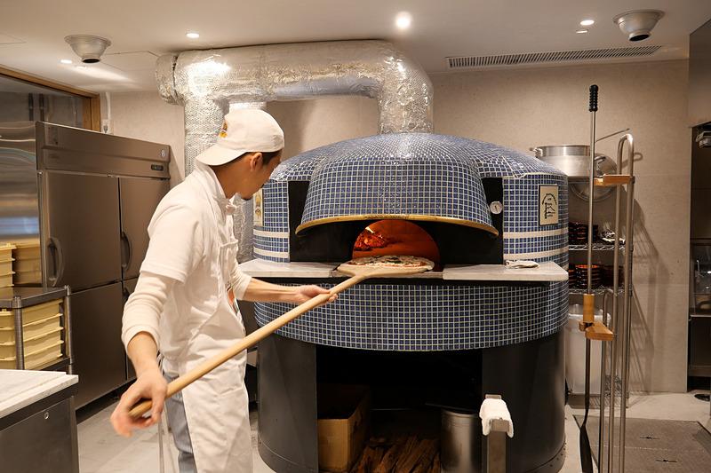 オープンキッチンとなっているので、ピザ窯でピザを焼く様子を楽しめる