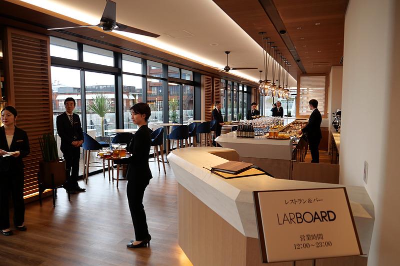 2階のオープンテラスを備えるロビーラウンジで、ドリンクや食事が可能