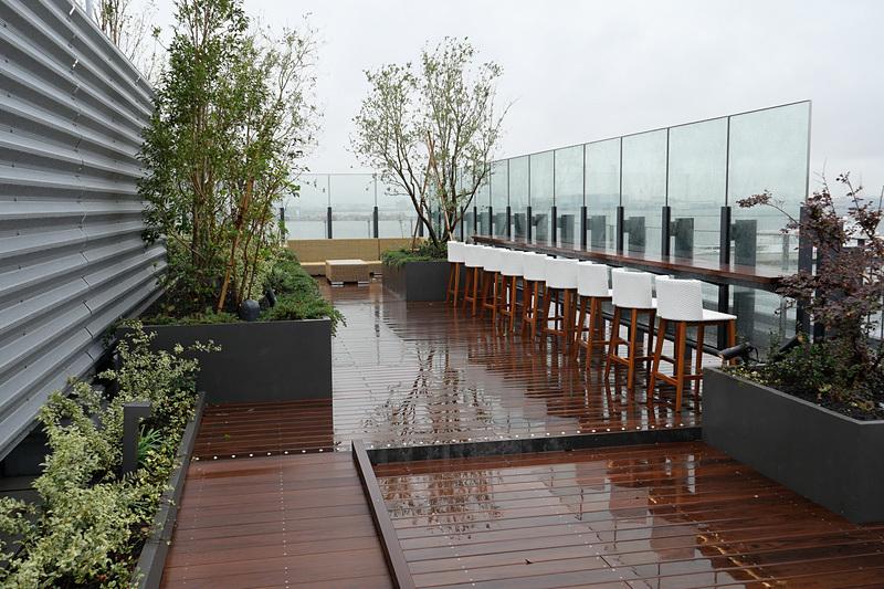 屋上には約600m<sup>2</sup>の屋外ラウンジ「Rooftop 1859」があり、景色を楽しみながらカクテルなどを楽しめる