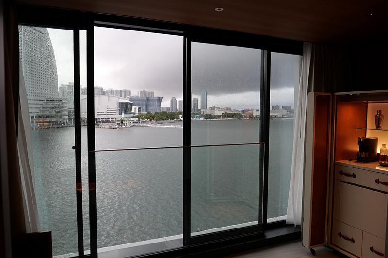 低階層ホテルのため、客室の窓を全開にでき、海風を楽しめる点が特徴