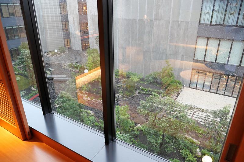 3階の内側は吹き抜けとなり、日本風の庭園を用意