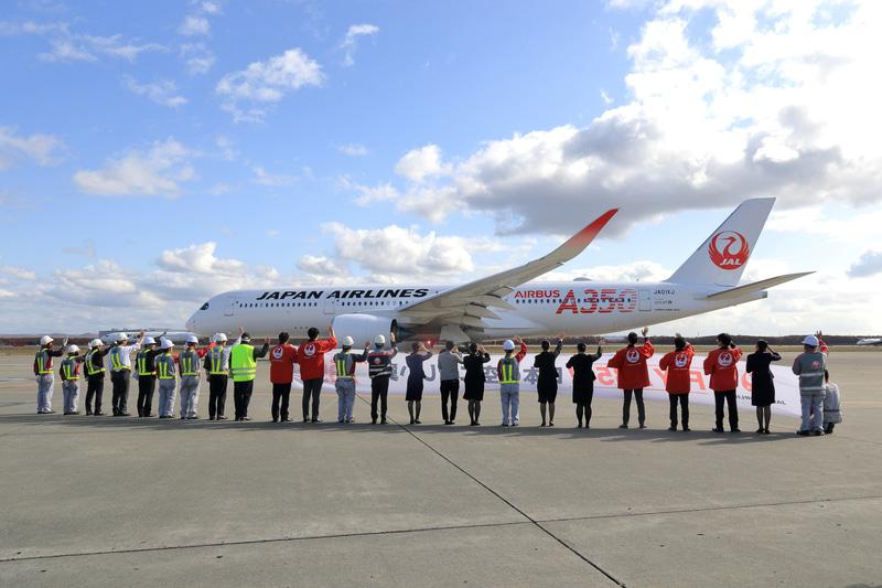 A350の新千歳発初便を見送るJAL社員たち