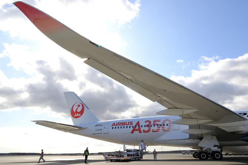 胴体後方の赤文字で書かれた「AIRBUS A350」はJALのA350初号機の特別塗装。ウイングレットの赤いグラデーション塗装も綺麗だ