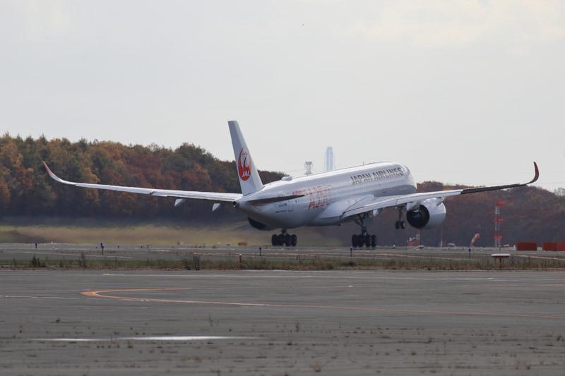 A滑走路(R/W19R)を離陸するJAL504便