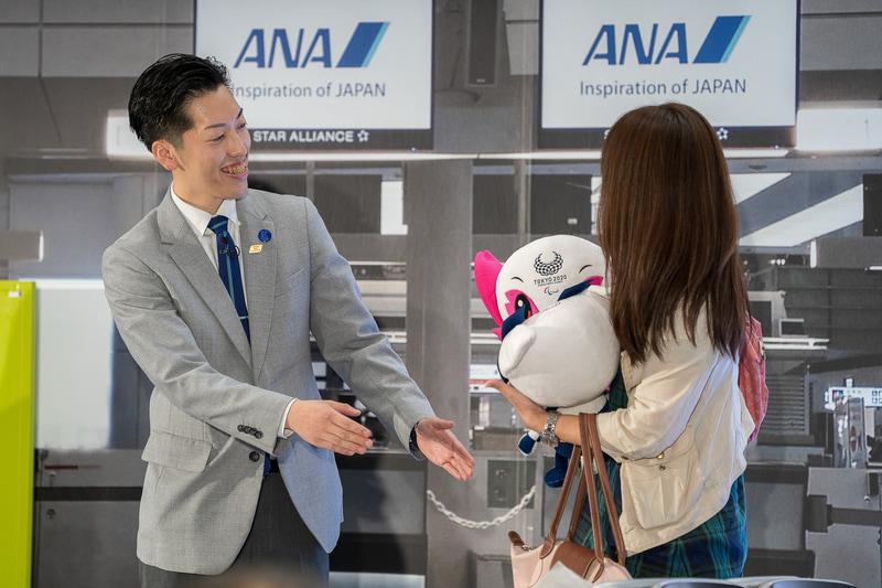 栄えあるトップバッターは成田空港の西村謙一さん。「フライトまで時間があるのだけれど」という男性客に対して「ぜひ電車で10分の成田の街へ」と、成田銘酒の長命泉も薦めて会場の笑いを誘った