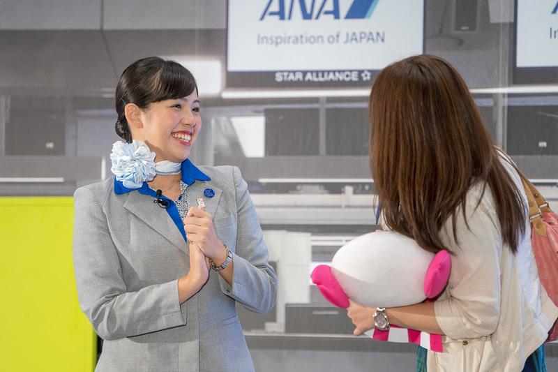 羽田空港の田中彩美さん。お客さまが買い物をしたというぬいぐるみを見て「これは大切なものですね~」と、とびきりの笑顔に