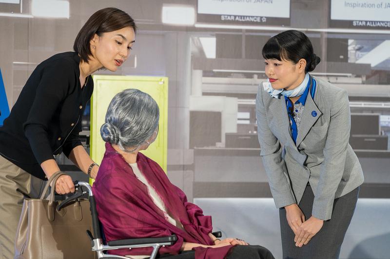伊丹空港の玉城絢子さんは、「車いすのままお手続きができる低いカウンターがございます」と細かいところまでフォローしていた