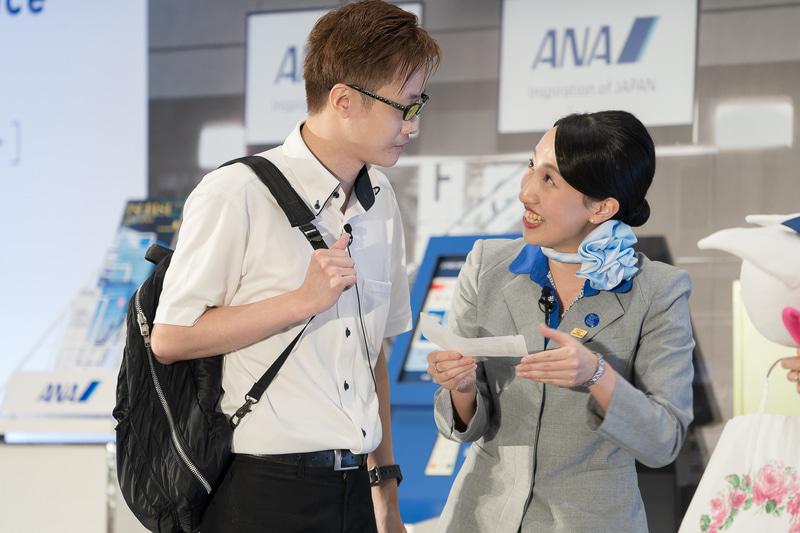 羽田空港の松尾彩音さんは、お客さまに聞かれた「ボーディンググループ」について詳しく的確に説明。緊張したけれどいつもどおりできましたとホッとした様子だった