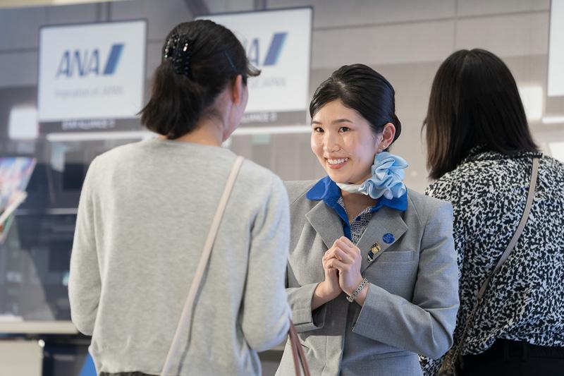 英語の応対で「Just in case(念の為)」というフレーズを何回か繰り返していた関西空港の西田七海さん。フライトまでに時間のあるお客さまには551蓬莱の肉まんをオススメしていた