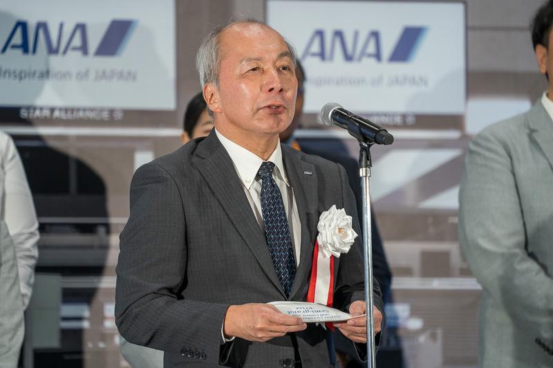 グランプリの発表をする全日本空輸株式会社 代表取締役 専務執行役員 安全統括管理者 オペレーション部門統括の清水信三氏