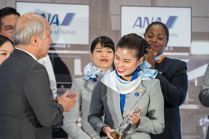 清水専務執行役からグランプリトロフィーを受け取るハノイ空港のVU HAI LINH(ヴ ハイ リン)さん
