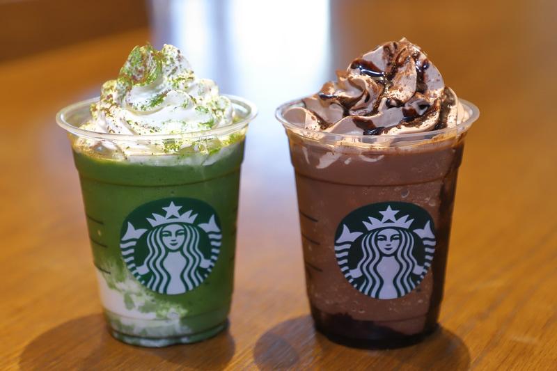 「京都 えらい 抹茶 抹茶 フラペチーノ」(左)と「兵庫 ばり チョコ はいっとう フラペチーノ」(右)