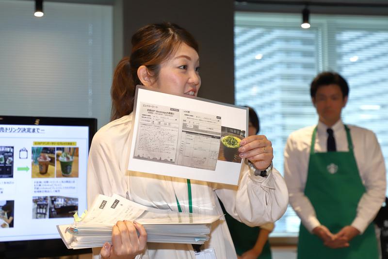 開発経緯を説明する、スターバックス コーヒー ジャパン株式会社 広報部の田中有紀氏。手にしているファイルはすべて、6月に店舗から出されたアニバーサリービバレッジのアイデア